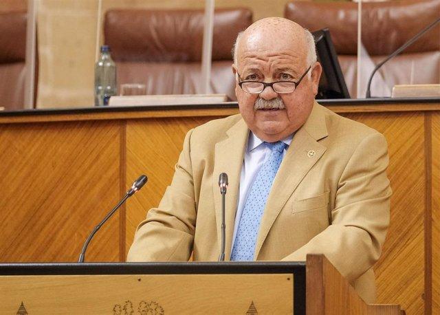 El consejero de Salud y Familias, Jesús Aguirre, en el Pleno del Parlamento, en una imagen de 9 de junio.