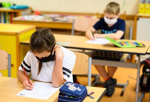 Archivo - Alumnos con mascarilla en una escuela de Alemania