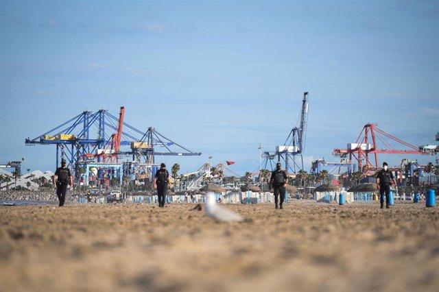 Varios agentes de la Policía Local, durante el desalojo de la playa de la Malvarrosa por la festividad de San Juan, a 23 de junio de 2021, en Valencia, Comunidad Valenciana (España)