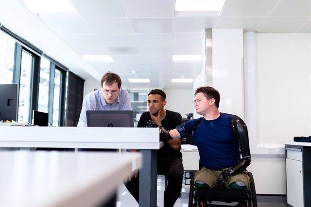 Persona con discapacidad en una oficina.