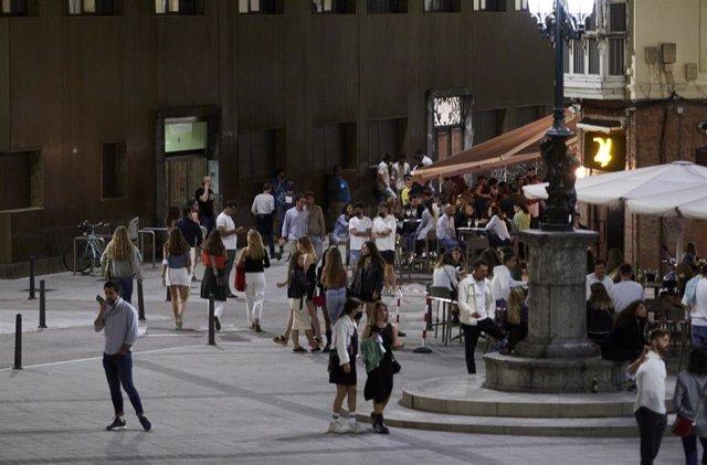 Ambiente en una calle de bares de Santander, antes de su cierre a medianoche, a 3 de julio de 2021, en Santander, Cantabria (España). La región de Cantabria acordó cerrar a partir de este viernes y durante 14 días los locales de ocio nocturno a las 00:00