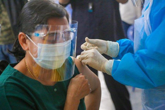 Archivo - Campaña de vacunación contra la COVID-19 en Birmania.