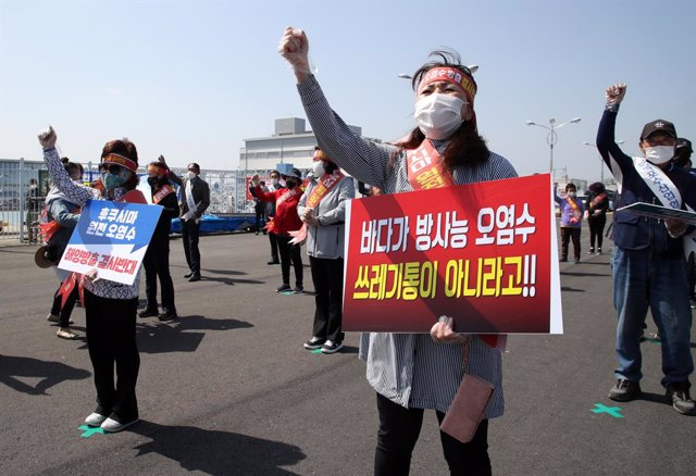 Archivo - 30 April 2021, South Korea, Seoul: Protestors from the fisheries industry hold placards at a port in Mokpo-si during a rally against Japan's radioactive water discharge. The National Federation of Fisheries Cooperatives organized the rally to cr
