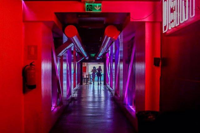 Dos chicas en la discoteca Uñas Chun Lee durante el primer fin de semana en el que los establecimientos de ocio nocturno tienen permitida su apertura hasta las 3 de la madrugada, a 25 de junio de 2021, en Madrid, (España). Desde el pasado lunes, 21 de jun
