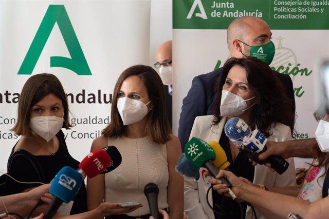 La ministra de Derechos Sociales y Agenda 2030, Ione Belarra (c), y la consejera de Igualdad, Rocío Ruiz (1d), atienden a los medios tras una visita al Centro de Día para Personas Mayores Ferrusola, a 08 de julio del 2021 en Sevilla (Andalucía)