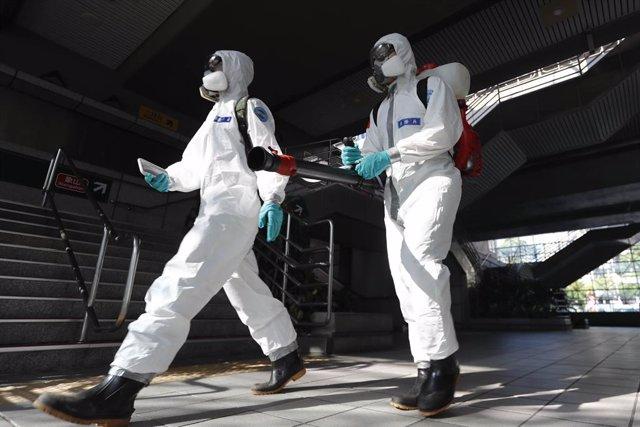 Trabajadores desinfectan una calle de Taiwán durante la pandemia.