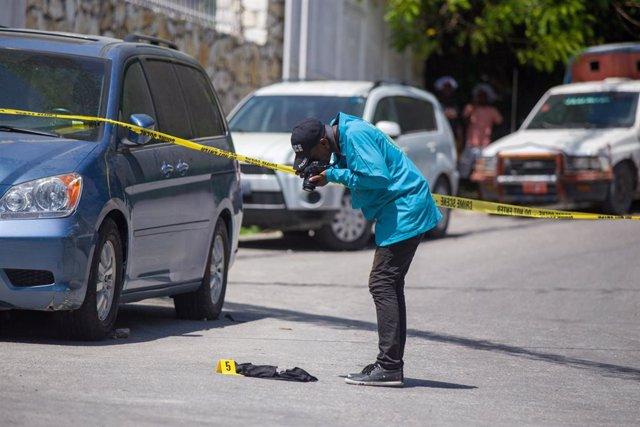 Un investigador cerca de la vivienda donde fue asesinado Jovenel Moise, presidente de Haití