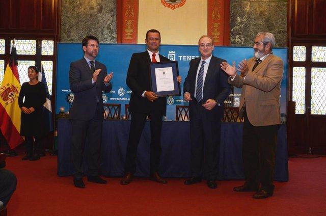 El gerente de Metropolitano de Tenerife, Andrés Muñoz (en el centro), al recibir el certificado AENOR para el tranvía