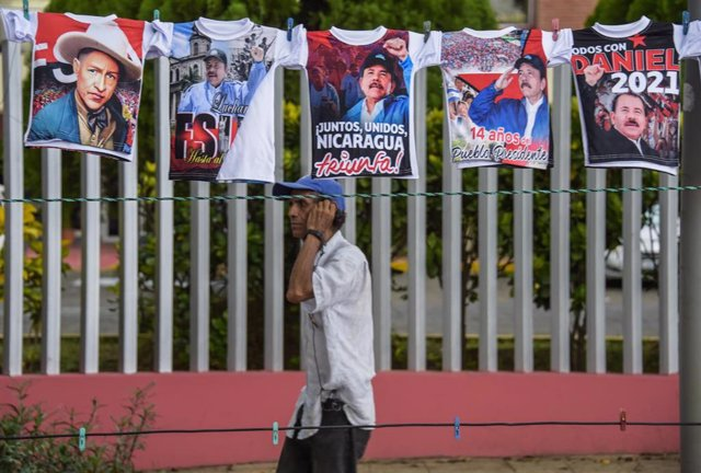 Un hombre pasea por las calles de Managua, Nicaragua