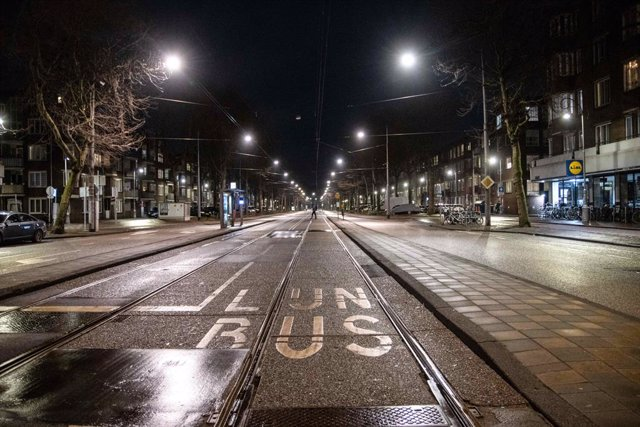 Archivo - 28 January 2021, Netherlands, Amsterdam: A general view of an empty street in Amsterdam as strict curfew was imposed by the Dutch government to prevent and combat the spread of coronavirus (COVID-19). Photo: Nik Oiko/SOPA Images via ZUMA Wire/dp