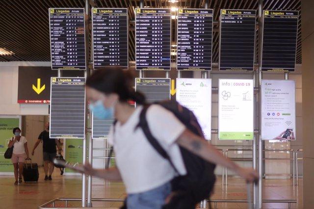Una mujer camina con su equipaje en la terminal T1 del Aeropuerto de Madrid - Barajas Adolfo Suárez, a 8 de julio de 2021, en Madrid (España). El secretario de Estado de Asuntos Europeos de Francia ha desaconsejado este jueves a los ciudadanos franceses q
