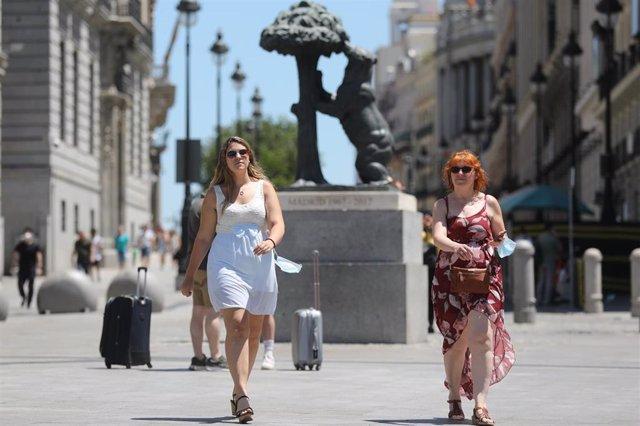 Dos personas caminan sin mascarilla en Sol, a 28 de junio de 2021, en Madrid, (España).