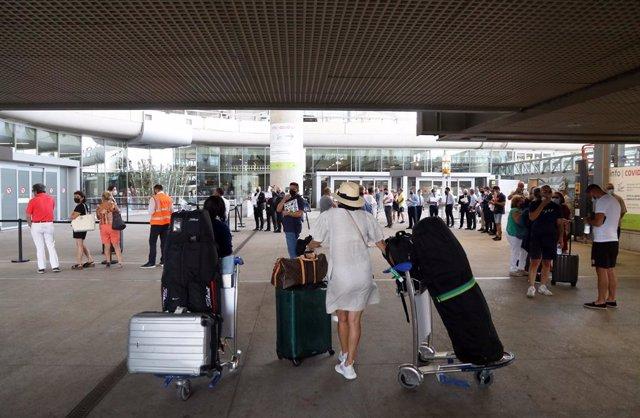 Llegada de turistas al aeropuerto de la Costa del Sol, donde desde hoy comienzan sus vacaciones en la ciudad. a 01 de julio de 2021, en Málaga (Andalucía, España).