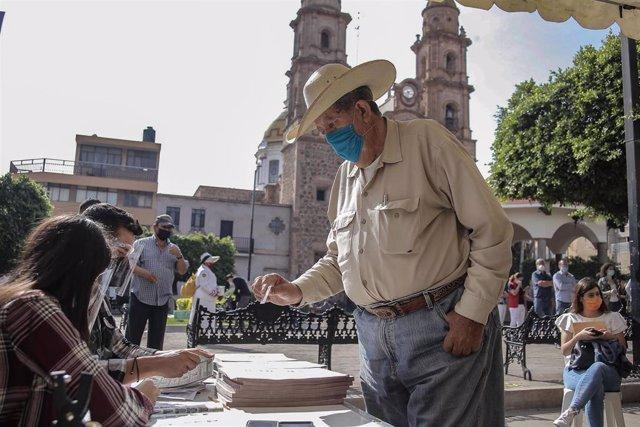 Un ciudadano acude a votar en las pasadas elecciones locales del 6 de junio en México.