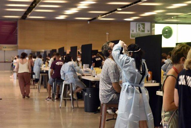 Diverses persones es realitzen un test d'antígens per accedir al primer dia del festival Cruïlla, a 8 de juliol de 2021, a Barcelona, Catalunya, (Espanya).