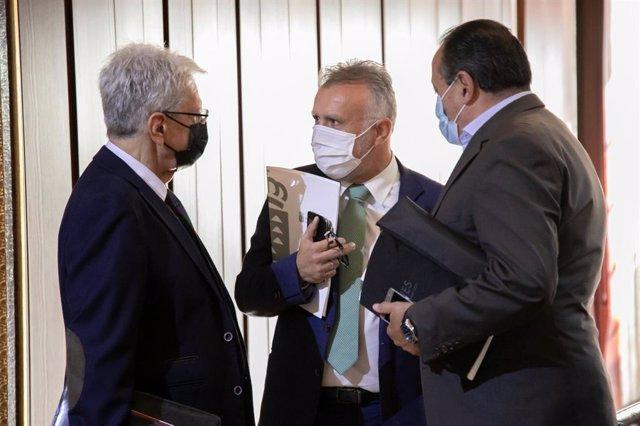 El presidente del Gobierno de Canarias, Ángel Víctor Torres (c), junto a los consejeros de Seguridad y Sanidad, Julio Pérez y Blas Trujillo, respectivamente