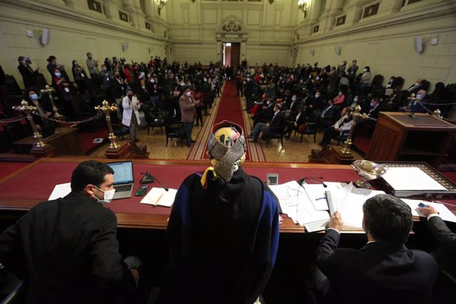 07 July 2021, Chile, Santiago: Elisa Loncon, indigenous woman from the Mapuche people who was elected president of the Constituent Assembly, leads a meeting of delegates at the former Senate headquarters at the start of the Constitutional Convention. Phot