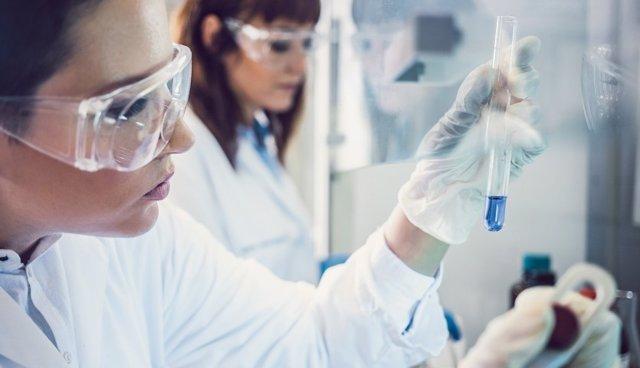 Archivo - Investigadoras en un laboratorio