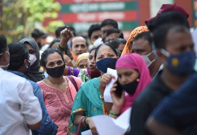 Un grupo de personas hace cola en India para recibir la vacuna contra el coronavirus