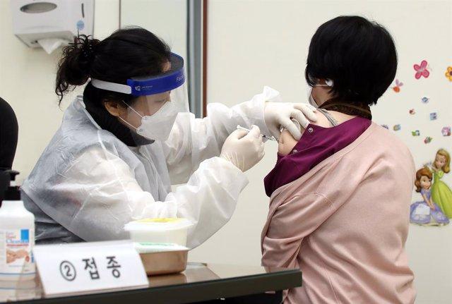 Archivo - Vacunación contra el coronavirus en Corea del Sur
