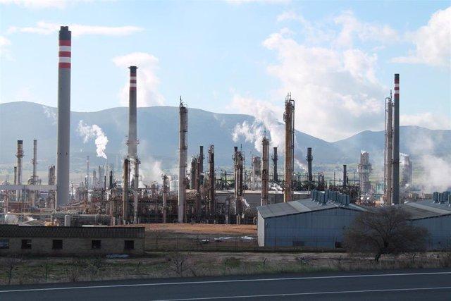 Archivo - Complejo petroquímico de Repsol en Puertollano
