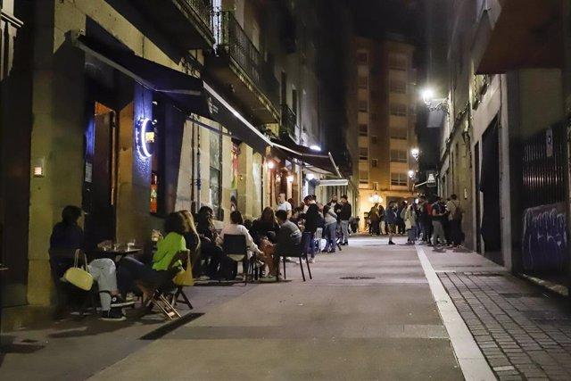 Varias terrazas con clientes en Vigo.