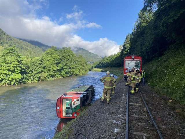 HANDOUT - 09 July 2021, Austria, Ramingstein: A carriage of a regional train lies in the Mur River after a train with dozens of children and teenagers on board derailed in Austria and plunged into a river. According to the Red Cross, more than a dozen peo