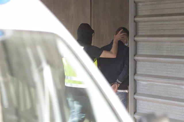 Un agente lleva arrestado a uno de los acusados para declarar como presunto autor de la paliza que causó la muerte a Samuel Luiz en A Coruña el pasado 3 de julio, a 9 de julio de 2021, en A Coruña, Galicia, (España). Por el momento hay cuatro detenidos po