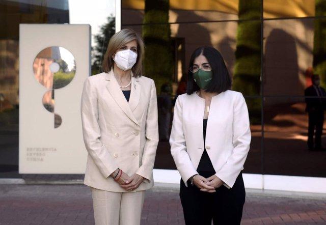 De izq a dcha: la comisaria europea de Salud y Política de Consumidores, Stella Kyriakides, y la ministra de Sanidad, Carolina Darias, en su visita al Centro Nacional de Investigaciones Oncológicas (CNIO). En Madrid, a 9 de julio de 2021.
