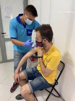Un hombre recibe la vacuna de covid-19.