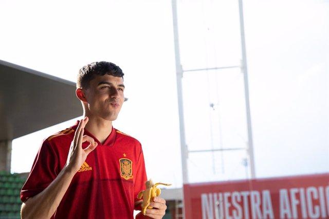 Archivo - El internacional de la selección española de fútbol Pedri, embajador de Plátano de Canarias.