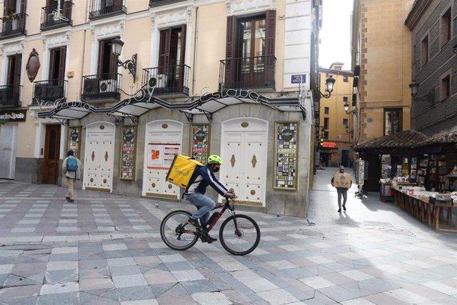 Archivo - Imagen de un repartidor a domicilio en las calles de Madrid