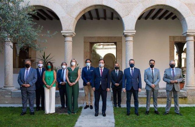 El presidente de la Junta de Extremadura, Guillermo Fernández Vara, recibe a los participantes en el plenario de la Coprepa