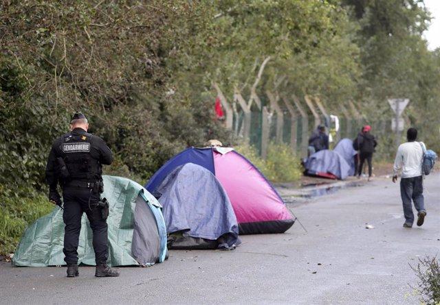 Archivo - Operativo para expulsar a los migrantes del campamento de Calais, en Francia.