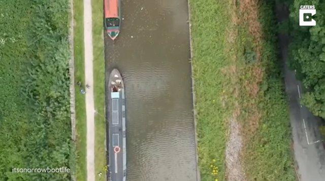 Una pareja de Reino Unido lo deja todo y se muda a vivir a un barco de 15 metros cuadrados