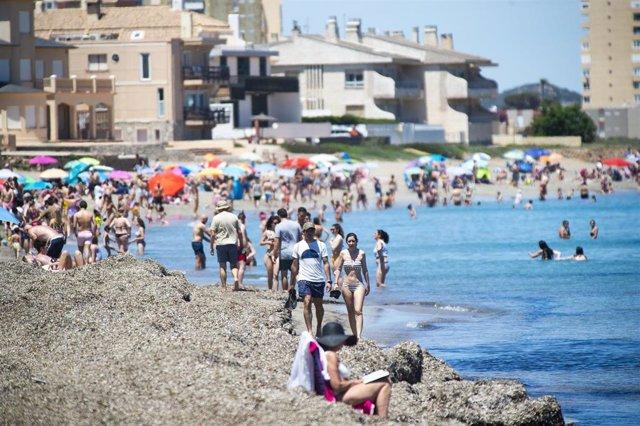 Archivo - Varias personas en la Playa de Levante, en la Manga del Mar Menor, en Cartagena, Región de Murcia (España).