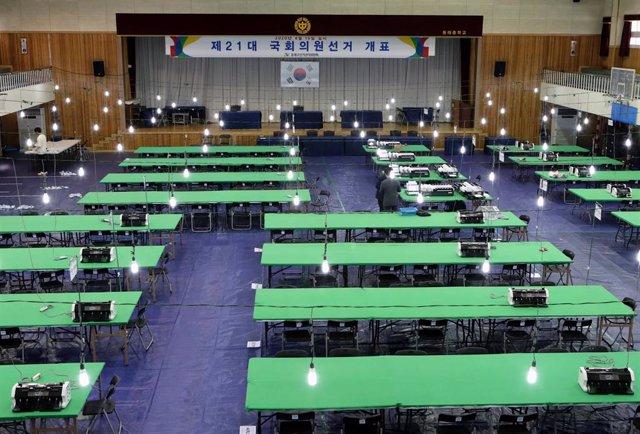 Archivo - Imagen de archivo de un centro de votación en Corea del Sur.