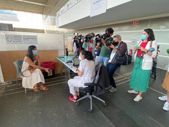 Imagen de la paciente que recibió la inyección con la que Galicia alcanza los 3 millones de dosis administradas