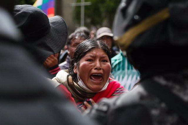 Archivo - Una seguidora de Evo Morales en una manifestación en Bolivia.