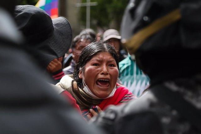 Archivo - Una seguidora de Morales en una manifestación en Bolivia.