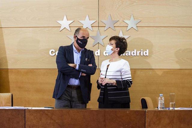 El viceconsejero de Asistencia Sanitaria y Salud Pública de la Comunidad de Madrid, Antonio Zapatero, junto a la directora general de Salud Pública, Elena Andradas