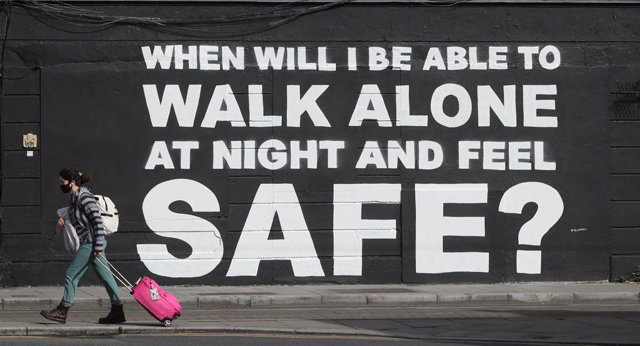 Archivo - 29 March 2021, Ireland, Dublin: A woman walks past the latest mural by Irish artist Emmalene Blake in Dublin city center, which is related to violence against women in the wake of the death of Sarah Everard. Photo: Niall Carson/PA Wire/dpa
