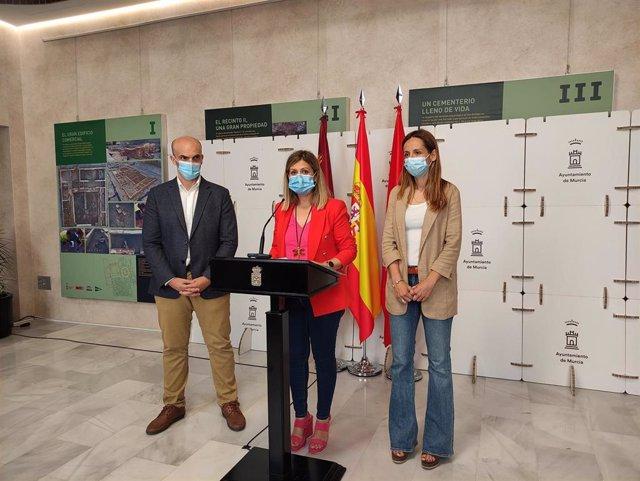 La concejala Paqui Pérez y la concejala Esther Nevado en la rueda de prensa