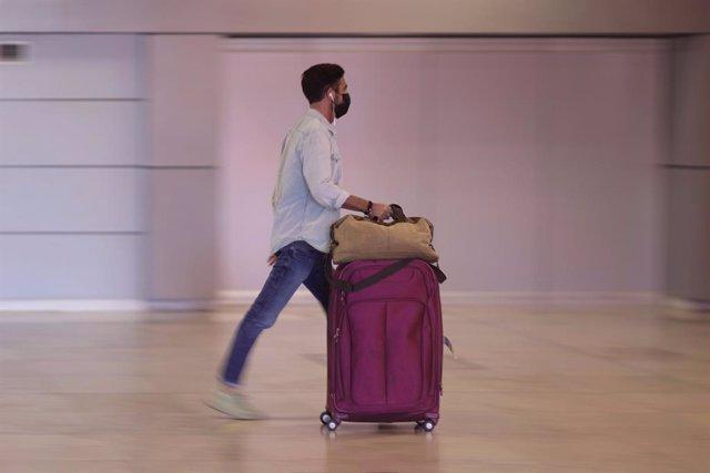 Un hombre camina con su equipaje en la terminal T1 del Aeropuerto de Madrid - Barajas Adolfo Suárez, a 8 de julio de 2021, en Madrid (España). El secretario de Estado de Asuntos Europeos de Francia ha desaconsejado este jueves a los ciudadanos franceses q