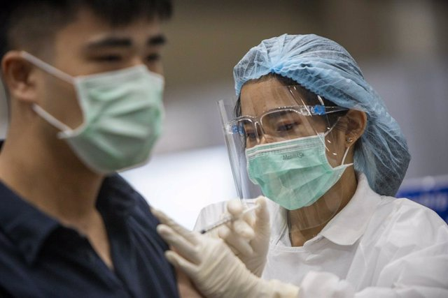 Archivo - 07 June 2021, Thailand, Bangkok: A man receives AstraZeneca coronavirus vaccine in a vaccination center inside Bangkok's upscale Siam Paragon shopping mall. Thailand on Monday launched a massive coronavirus vaccination campaign to tackle the cou
