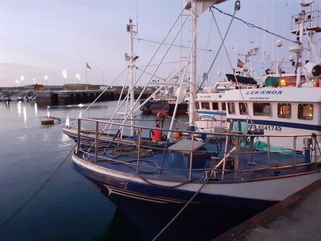 Archivo - Barcos de pesca de bajura amarrados en el Puerto de Bermeo (Bizkaia)