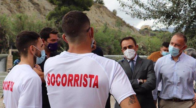 El consejero de Transparencia, Antonio Sánchez, y el alcalde de Abarán Jesús Gómez, con los socorristas que han asistido a la presentación.