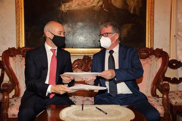 Acuerdo entre el director general de la Fundación Endesa, Javier Blanco y el director general de la Fundación UCM, Andrés Arias Astray, a 9 de julio de 2021