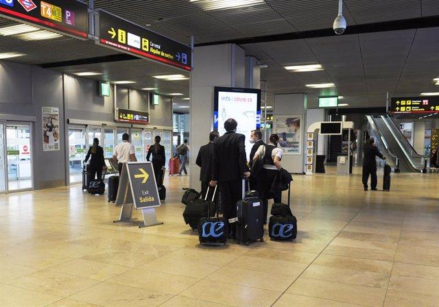 Pasajeros procedentes en la terminal T1 del Aeropuerto Adolfo Suárez Madrid-Barajas, en Madrid (España).
