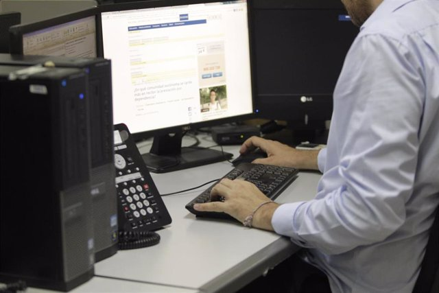Archivo - Trabajador, oficina, teclado, ordenador